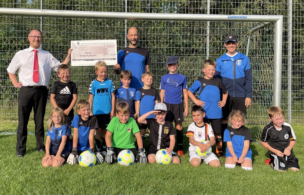 Sparkasse Aichach - Schrobenhausen spendet Bälle an Kühbacher F-Jugend
